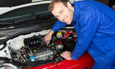 Meccanico ripara auto con parti di ricambio acquistate presso falbo ricambi srl